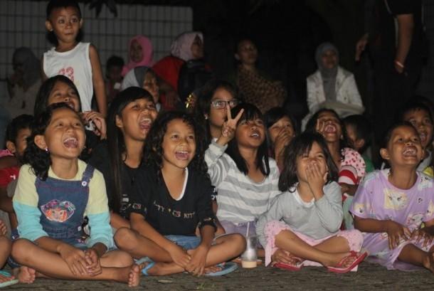 Anak-anak korban banjir antusias mendengarkan dongeng yang disampaikan tim Gerakan Pendongeng untuk Kemanusiaan (GEPPUK)