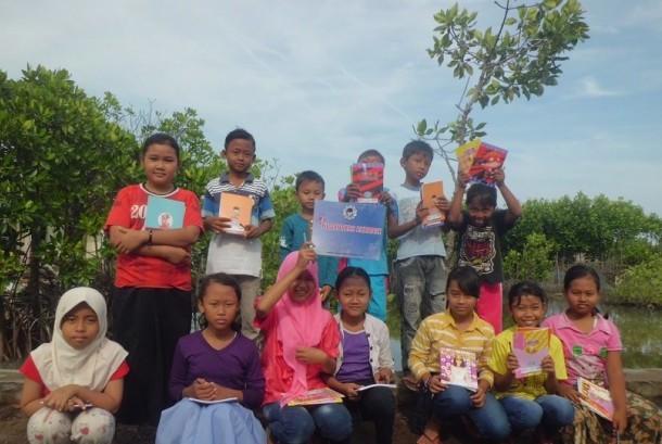 Anak-anak membaca puisi dan menanam mangrove dalam peringatan Hari Buku dan Hari Bumi Sedunia di Demak