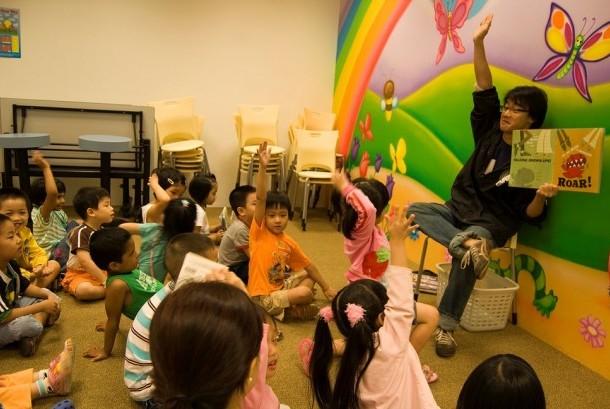 Anak-anak mendengarkan dongeng atau cerita.