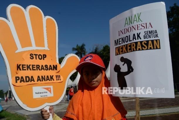 Anak-anak mengikuti acara kampanye Gerakan Nasional Anti-kekerasan terhadap Anak dan Perempuan di Senayan, Jakarta, Ahad (14/2). (Republika/Yasin Habibi)