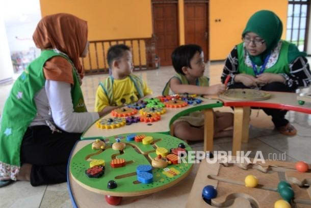 Anak-anak penderita kanker bermain dan belajar didampingi guru di Yayasan Kasih Anak Kanker Indonesia, Jakarta, Senin (15/2). (Republika/Yasin Habibi)