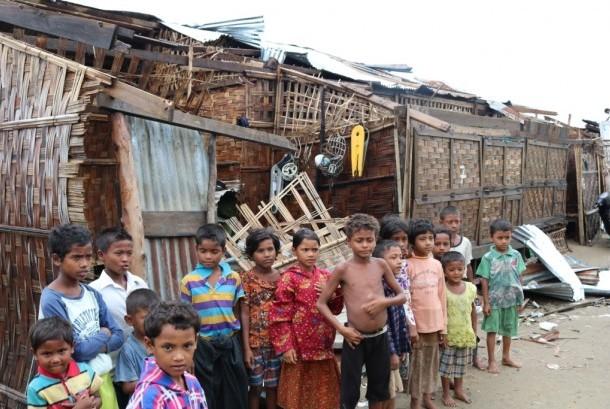 Anak-anak Rohingya di depan kamp-kamp pengungsian di Rakhine