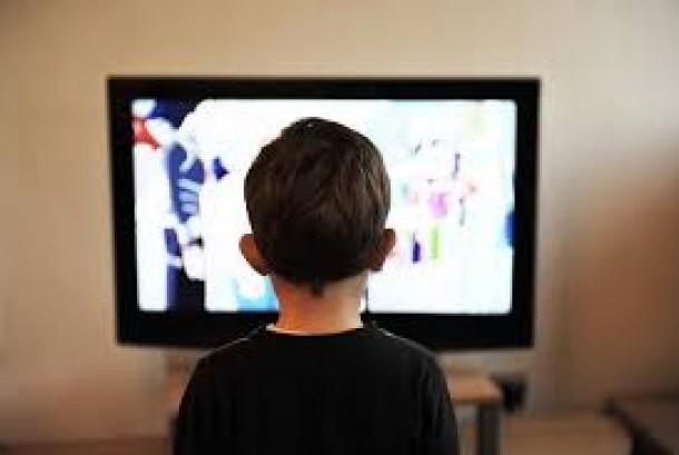 Anak menonton televisi