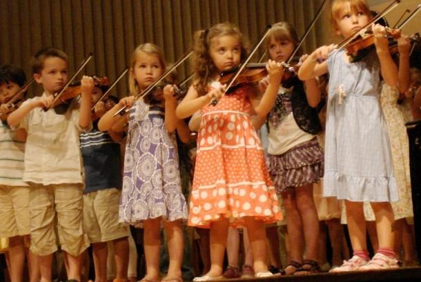 Anak tampil di pertunjukan musik.