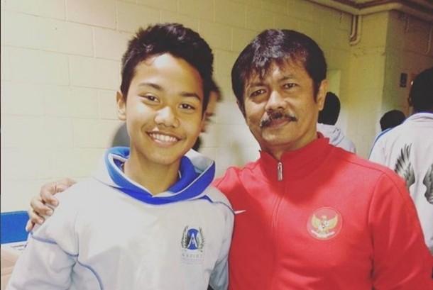 Andri Syahputra (kiri) pemain Indonesia yang berlaga di Qatar bersama pelatih timnas U-19 Indra Sjafri.