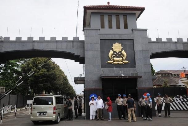 Anggota Brimob Polri memperketat pengamanan pascapenangkapan sejumlah tokoh dalam kasus dugaan makar di Mako Brimob Kelapa Dua, Depok, Jawa Barat, Jumat (2/12).