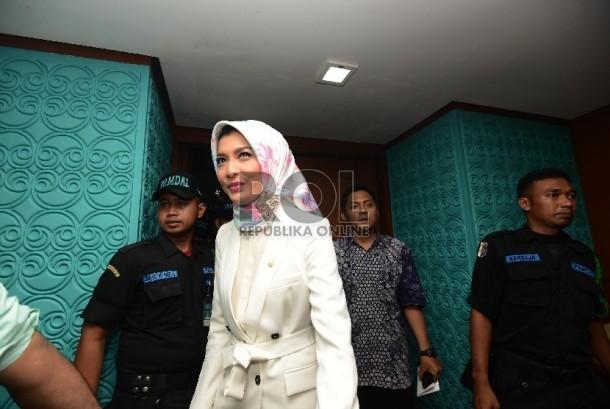 Anggota DPR Fraksi PKB Arzetti Bilbina memasuki ruangan untuk mengikuti sidang etik di MKD DPR, Gedung Nusantara II, Kompleks Parlemen Senayan, Jakarta, Selasa, (24/11). (Republika/Raisan Al Farisi)