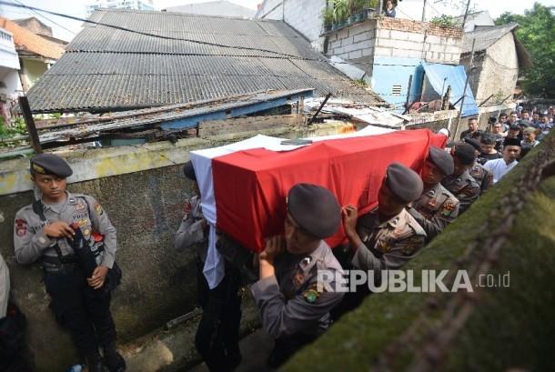 Anggota Kepolisian membawa peti jenazah Briptu Anumerta Imam Gilang Adinata, seorang polisi yang tewas karena ledakan bom bunuh diri di Kampung Melayu saat upacara pelepasan jenazah di Menteng Dalam, Tebet, Jakarta Selatan, Kamis (25/5).
