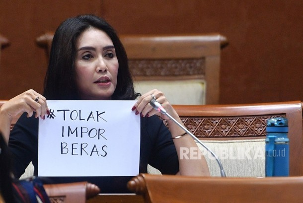 Member of Commission VI of the House of Representatives of PDIP Rieke Diah Pitaloka shows the text of rejecting rice imports following the Working Meeting with Trade Minister Enggartiasto Lukita and President Director of Bulog Djarot Kusumayakti at Parliament complex, Senayan, Jakarta, Thursday (January 18).