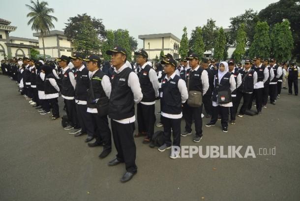 Anggota Panitia Penyelenggara Ibadah Haji (PPIH) mengikuti upacara saat pemberangkatan PPIH 1438 Hijriyah di Asrama Haji Pondok Gede, Jakarta.