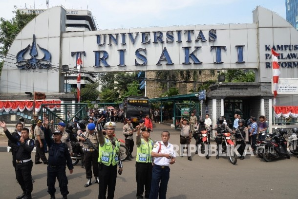 Anggota Polda Metro Jaya berjaga di depan Kampus Trisakti, Jakarta, Rabu (24/8).