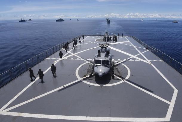 Anggota TNI Angkatan Laut mempersiapkan Helikopter disela latihan laut Marine Naval Excercise Komodo (MNEK) 2016 di Perairan Kepulauan Mentawai, Sumatera Barat, Kamis (14/4).