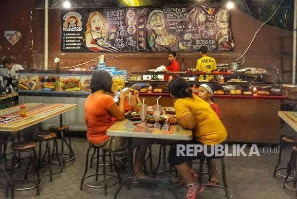 Angkringan Dua Djempol menjadi tempat nongkrong hemat mahasiswa, pelajar, dan karyawan berbagai profesi di Kota Denpasar.