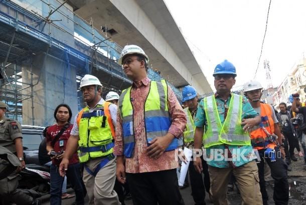Anis-Sandi Tinjau MRT. Gubernur DKI Jakarta Anies Baswedan saat meninjau proyek Mass Rapid Transit (MRT) di Stasiun MRT Fatmawati, Jakarta Selatan, Jumat (20/10).