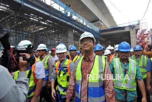 Anis-Sandi Tinjau MRT. Gubernur DKI Jakarta dan Wakil DKI Jakarta Anies Baswedan - Sandiaga Uno saat meninjau proyek Mass Rapid Transit (MRT) di Stasiun MRT Fatmawati, Jakarta Selatan, Jumat (20/10).