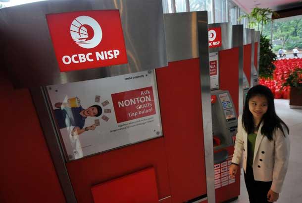 Anjungan tunai mandiri (ATM) Bank OCBC NISP di Jakarta.
