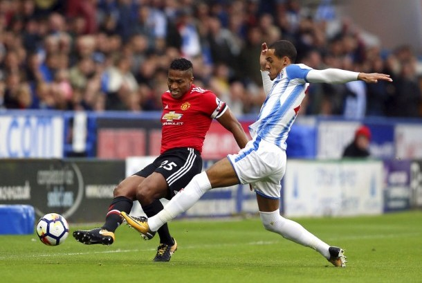 Antonio Valencia (kiri) dibayangi Tom Ince pada pertandingan Manchester United melawan Huddesfield di Stadion John Smith Stadium, Huddersfield, Inggris.