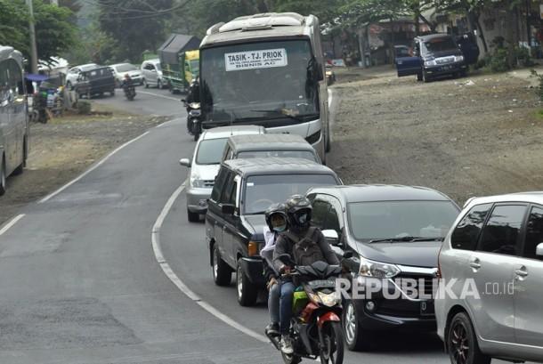 Antrean kendaraan pemudik pada H-3 dijalur selatan Desa Citeuras, Kecamatan Malangbong, Kabupaten Garut, Kamis (22/6).