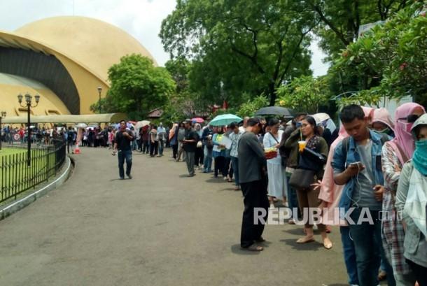 Warga mengantri untuk melakukan perekaman dan cetak e-KTP di lapangan parkir Teater Imax Keong Mas TMII, Jakarta, Jumat (20/10).