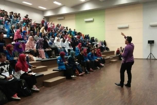 Antusiasme peserta mengikuti seminar public speaking yang diadakan oleh Senat Mahasiswa (Sema) AMIK BSI Bekasi kampus Kaliabang.