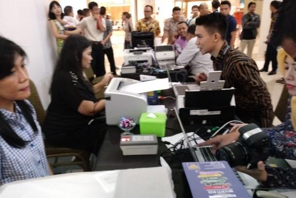 Antusiasme warga yang rela antri sejak subuh demi mendapatkan nomor antrian untuk perbarui paspornya di stan Layanan Paspor Simpatik Imigrasi Jakarta Selatan. (ilustrasi).