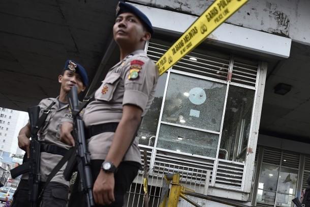 Aparat kepolisian berjaga di lokasi ledakan bom Terminal Kampung Melayu, Jakarta, Kamis (25/5).