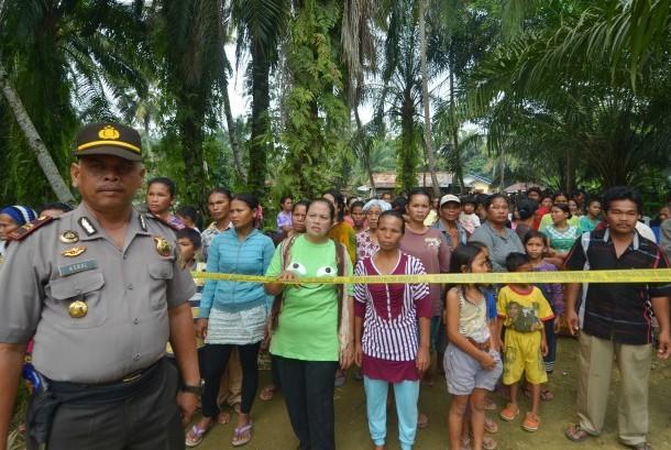 Personel polisi berjaga di lokasi gereja Singkil, Aceh, Rabu (14/10).