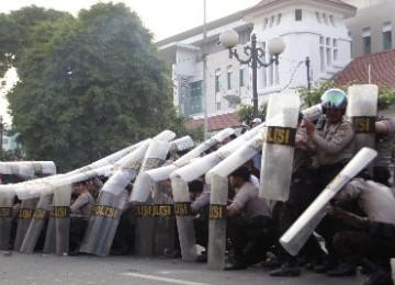 Aparat kepolisian mengamankan demo BBM