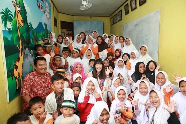 Ardina Rasti bersama anak-anak di Rumah Amalia