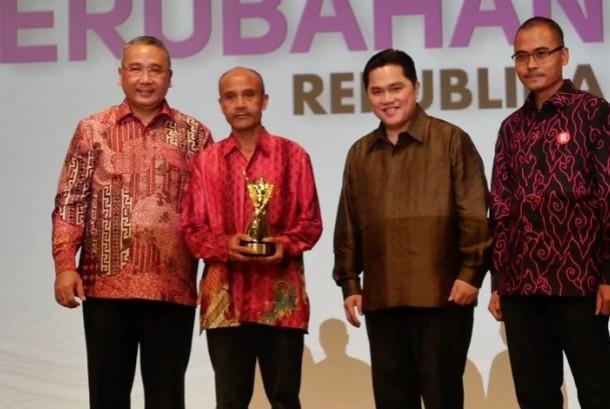 Artim Yahya (kedua kiri) pendiri Koperasi Tani Maju Bersama, saat menerima anugerah Tokoh Perubahan Republika 2016