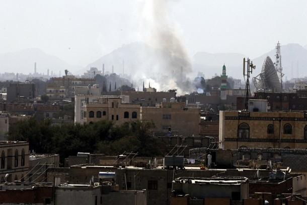 Asap muncul dari ledakan di sebuah depot senjata yang diduduki milisi Houthi sehari setelah AS menuduh Iran mempersenjatai milisi Houthi dengan rudal, di Sana'a, Yaman, Jumat (15/12).