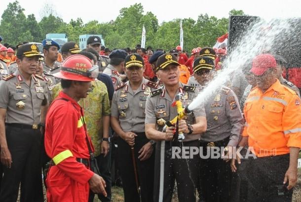 ASOPS Kapolri Irjen M Iriawan (tengah) beserta pejabat Polri lainya mencoba alat pemadam kebakaran hutan dan lahan (Karhutla) saat Apel Pencegahan Karhutla menuju Riau bebas asap di Desa Rimbo Panjang, Kabupaten Kampar, Riau (ilustrasi)