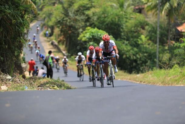 Atlet balap sepeda Internatonal Tour de Banyuwangi Ijen di Banyuwangi, Jawa Timur.