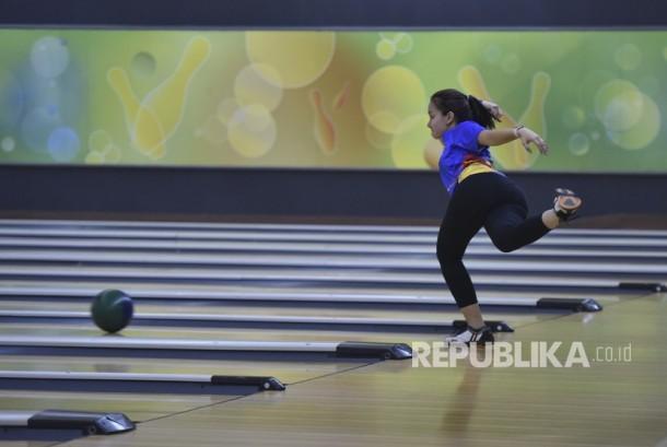 Atlet boling putri Cheya Chantika melempar bola ketika mengikuti latihan pelatnas boling di Arena Boling Ancol, Jakarta, Selasa (1/8).