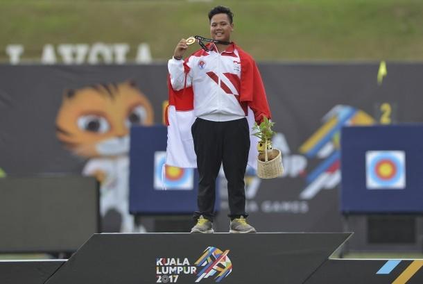 Atlet panahan putra Indonesia Prima Wisnu Wardhana menunjukkan medali emas setelah menjuarai final nomor compound putra SEA Games XXIX di Synthetic Turf Fild, kawasan Stadion Bukit Jalil, Kuala Lumpur, Malaysia, Rabu (16/8).