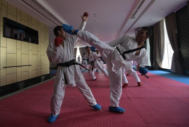 Atlet pelatnas Karate SEA Games 2017 Malaysia berlatih disela kunjungan Menpora Imam Nahrawi di Jakarta, Jumat (9/6).