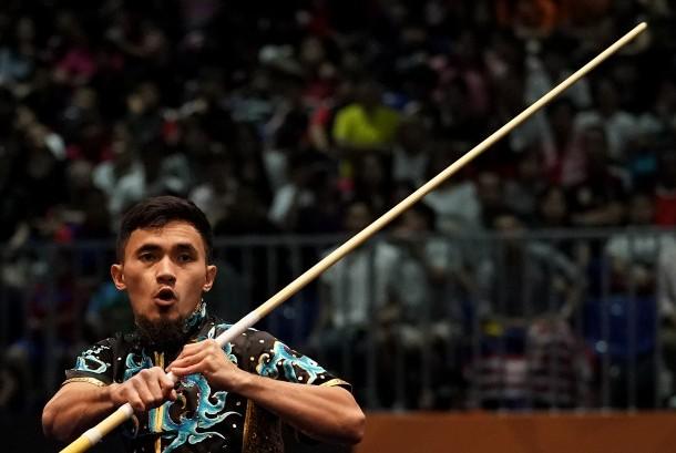 Atlet wushu Indonesia Achmad Hulaefi memperagakan jurus dalam nomor gabungan gunshu dan daoshu wushu putra SEA Games XXIX Kuala Lumpur di Kuala Lumpur Convention Centre, Malaysia, Ahad (20/8)