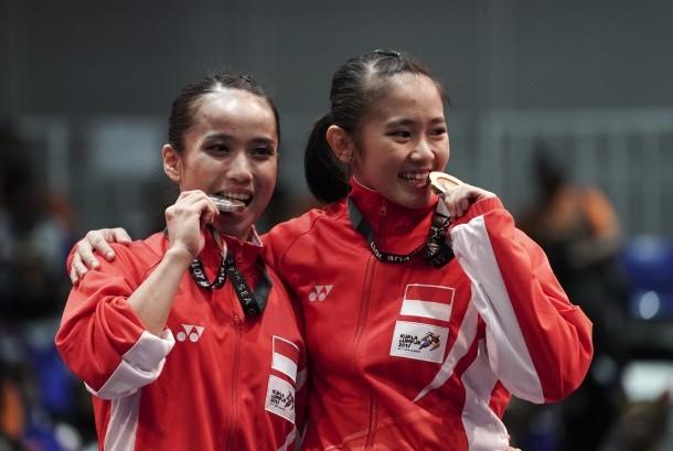 Atlet Wushu Indonesia Felda Elfira Santoso (kanan) dan Monica Fransisca Sugianto menggigit medali ketika penganugerahan juara Wushu nomor Daoshu putri SEA Games XXIX di KLCC, Kuala Lumpur, Malaysia, Senin (21/8). Felda Elfira berhasil meraih medali emas dan Monica Fransisca merebut medali perak.