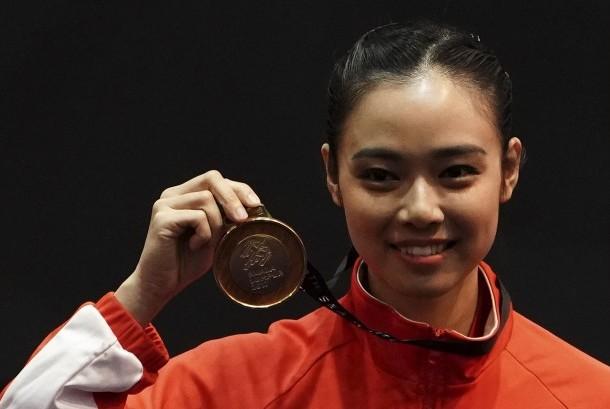 Atlet wushu Indonesia Lindswell Kwok memegang medali ketika upacara penyerahan medali wushu nomor Taijijian putri di KLCC, Kuala Lumpur, Malaysia, Senin (21/8).