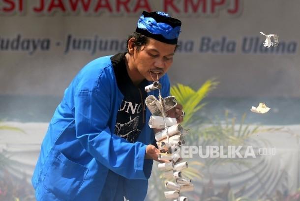 Atraksi manusia petasan turut memeriahkan acara Gebyar Islami Budaya Betawi di Pertukangan Utara, Jakarta, Ahad (2/4).