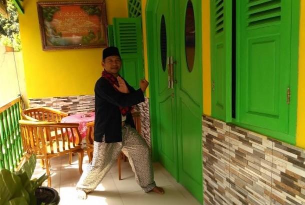 Pemain lenong berlakon pada acara Kota Cerdas dalam Kreasi Seni Budaya Betawi di Setu Babakan, Jagakarsa, Jakarta Selatan, Ahad (8/5).(Republika/Rakhmawaty La'lang )
