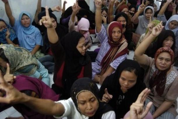 Badan Nasional Penanggulangan Tenaga Kerja Indonesia (BNPTKI) menggerebek tempat penampungan Perusahaan Jasa Penyalur Tenaga Kerja Indonesia (PJTKI) yang berada di kawasan Duren Sawit, Jakarta Timur, Senin (12/9). (Republika/Imam Budi Utomo)