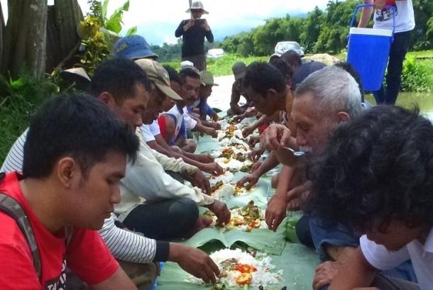Bajamba sehabis gotong royong di Nagari Kapau, Kabupaten Agam, Sumatra Barat.