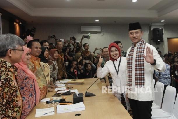 Bakal Calon Gubernur DKI Agus Harimurti Yudhoyono (kanan) dan Bakal Cawagub Sylviana Murni (kedua kanan) didampingi pimpinan partai pengusung menyalami pimpinan KPUD sebelum menyerahkan dokumen di KPUD DKI Jakarta, Jumat (23/9) malam.