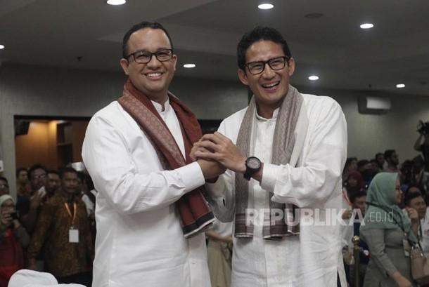 Bakal Calon Gubernur DKI Anies Baswedan dan Bakal Cawagub Sandiaga Uno saat pendaftaran di KPUD DKI Jakarta, Jumat (23/9) malam.
