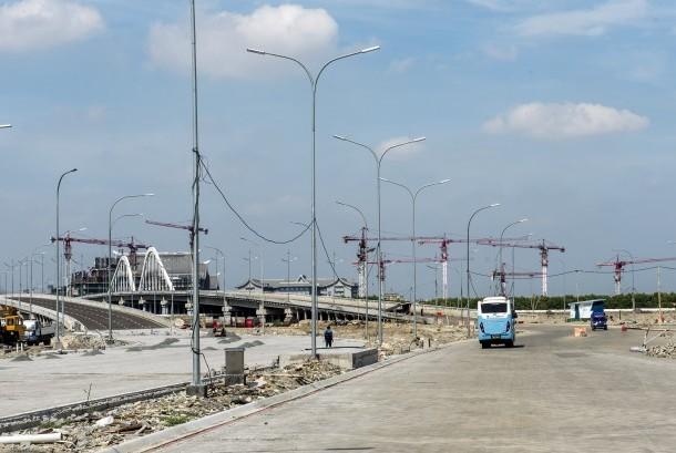 Bangunan ruko yang terhenti pembangunannya di kawasan reklamasi pulau C dan D di Pantai Indah Kapuk ,Jakarta, Rabu (4/5).  (Republika/WIhdan Hidayat)