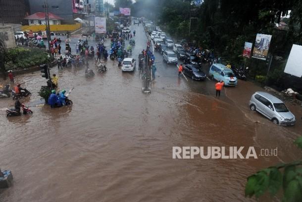 Banjir menggenangi Jalan Raya Kalimalang, Bekasi Barat, Kota Bekasi, Senin (20/2).