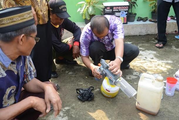 Bantuan alat fogging dari IPB untuk warga Sukawening