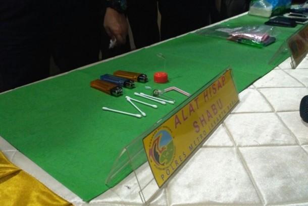 Barang bukti berupa alat hisap shabu milik RR (28 tahun) dan S (23) yang ditunjukkan dalam konferensi pers di Polres Jakarta Barat, Slipi, Jakarta Barat, Sabtu (25/3).