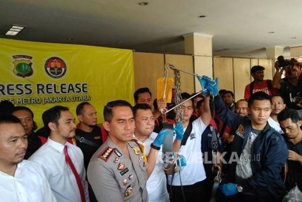 Barang Bukti pesta seks gay berupa rantai besi yang ditemukan polisi, Polres Metro Jakarta Utara, Senin (22/5).